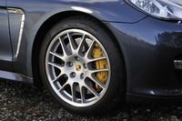 「パナメーラターボ」のホイールは、ノーマルで19インチ。写真の20インチはオプションで、黄色いブレーキキャリパーは、PCCB(ポルシェ・セラミックコンポジット・ブレーキ=153万8000円!)装着車の証し。
