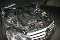 2011年8月導入予定の「C350ブルーエフィシェンシー アバンギャルド」には、3.5リッター直噴V6エンジンを搭載。希薄燃焼やアイドリングストップ機能の採用で燃費向上が図られる。スペックは、最高出力306ps/6500rpm、最大トルク37.7kgm/3500-5250rpm。