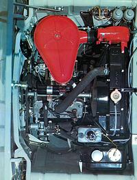 最高出力41ps/4000rpm、最大トルク8.1kgm/3500rpmを発生する水冷2ストローク直列3気筒785ccエンジンは、フロントアクスル前方に左に30度傾けて搭載される。ラジエターと冷却ファンをスカットル直前に置くレイアウトも、DKW に倣ったものである。