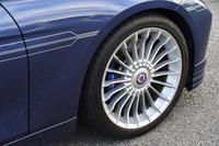 20本のスポークを備えたフィンホイール。シルバーの控えめなデコレーションラインや、キャブレターとカムシャフトをモチーフにしたエンブレムと並ぶ、アルピナ車の特徴となっている。
