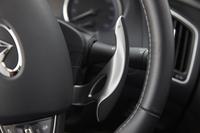 シフトパドルはマグネシウム製で、ステアリングホイールではなくステアリングコラムに設置されるタイプ。ターボ車、ハイブリッド車ともに「Type SP」のみに設定される。