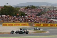 レースの主導権はハミルトン(先頭)が握ったが、作戦を変えてきたロズベルグ(後ろ)とは終始スリリングな駆け引きが行われていた。(Photo=Mercedes)