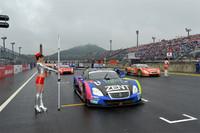 決勝レース直前。雨の中、各マシンがスタートの時を待つ。