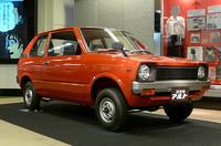 徹底的にコストダウンして47万円という低価格を実現した「アルト」(1979年)。メカニズムも一新され、12年ぶりにRRからFFに戻り、539cc水冷2ストローク3気筒(28ps)エンジンで前輪を駆動する。朱色のボディカラーは、鮮やかな赤より塗料のコストが安かったため採用されたと言われている。