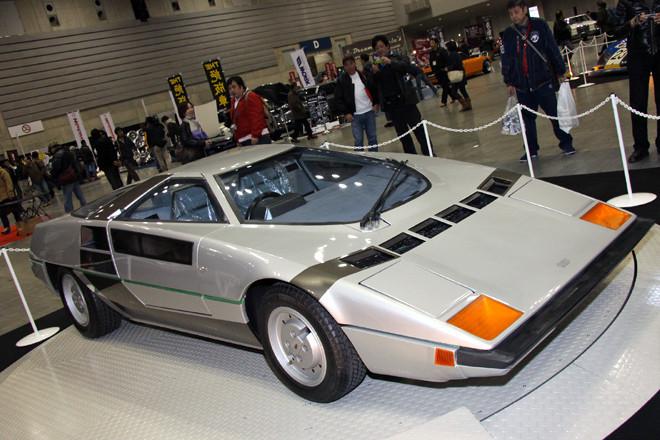 今回の目玉である特別展示車両より、1978年のジュネーブショーに出展された元祖和製スーパーカーである「童夢 零」。強烈なウェッジシェイプを描くボディは全長3980mm、全幅1770mm、全高980mmとコンパクトで、大柄な人はたぶん乗れない。エンジンは日産製L28(直6SOHC2.8リッター)をミドシップ。運輸省(当時)の型式認定が受けられず市販化は断念したが、スーパーカー少年の間での人気は絶大で、モデルカーは大ヒットした。