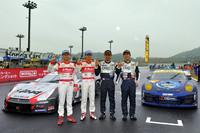2012年シーズンのチャンピオン。写真左から、GT500クラスのNo.1 S Road REITO MOLA GT-R(ロニー・クインタレッリ/柳田真孝)、GT300クラスのNo.911 エンドレス TAISAN 911(横溝直輝/峰尾恭輔)。