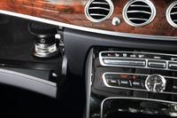 セットオプションの「エクスクルーシブパッケージ」には、好みの香りで車内を満たす「パフュームアトマイザー」が含まれる。写真左に見えるのは、グラブボックス内にセットする香水のカートリッジ。