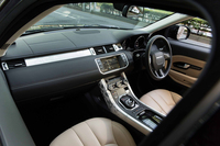 テスト車は5ドアの「プレステージ」。植物の模様を施したアルミの加飾パネルは「ボタニカル」と呼ばれるオプションで、これを含め、全グレードで6種類のデザインが用意されている。
