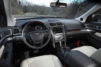 「歴代フォードで最も高品質なインテリアを目指して作りこんだ」とアピールされる、「エクスプローラー タイタニアム」のインテリア。上質なレザーやウッドがおごられる。