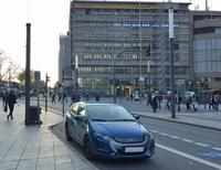 エッセン駅前郵便局をバックに。動画には登場しないが、ドイツでは珍しい「ホンダ・インサイト」がたたずむ。
