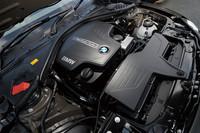 上位モデルの「528i」にも採用される2リッター直4ターボユニットは、245ps、35.7kgmを発生。燃費値は、10・15モードで15.6km/リッター、JC08モードで15.2km/リッターを記録する。