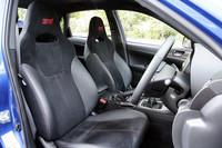 「WRX STI」には赤い「STI」のロゴが入ったバケットタイプのフロントシートが標準装備。オプションでRECARO製シートも設定される。