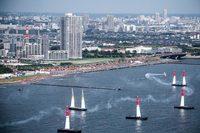"""パイロンでできたコースをいかに速くクリアするかを競うレッドブル・エアレース。欧米を中心に開催される""""空のモータースポーツ""""で、東アジア地域では日本でのみ行われている。(Predrag Vuckovic/Red Bull Content Pool)"""