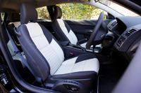 白黒のコントラストが印象的な専用シート。背もたれにR-DESIGNロゴが型押しされる。