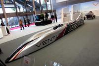 EV最高の515km/hを出したヴェンチュリの速度記録車。後方は1899年に自動車で初めて100km/hを超えたEV。奥の雪上車は2011〜12年にかけて南極を走る。