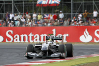 シーズン序盤は選手権2位にもつけていたニコ・ロズベルグ(写真)。その後苦戦が続いていたが、イギリスで息を吹き返し、序盤ソフトタイヤを長く使うことで上位に食い込み善戦。自身80戦目の区切りの1戦で、第4戦中国GP以来の表彰台となる3位につけた。メルセデスのもう1人、ミハエル・シューマッハーは予選10位から9位完走。(写真=Mercedes)