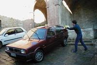 大矢アキオ洗車の歴史。イタリア生活4年目にして初めて購入した中古車、1987年「ランチア・デルタ」を近所の共同井戸で洗う。