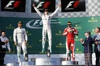 F1開幕戦オーストラリアGPを制したメルセデスのニコ・ロズベルグ(写真中央)、そのチームメイトで2位に終わったルイス・ハミルトン(左)、3位に入ったフェラーリのセバスチャン・ベッテル(右)。(Photo=Mercedes)