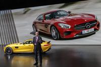 「メルセデス AMG GT」と、その概要を説明する、ダイムラー取締役会長兼メルセデス・ベンツ会長のディーター・ツェッチェ氏(下写真も同じ)。