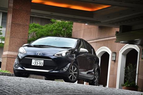 トヨタの売れ筋ハイブリッドカー「アクア」がマイナーチェンジ。デザインの手直しに加えてボディー剛性の強...