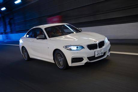 コンパクトなボディーに、最高出力340psを発生する3リッター直6ターボエンジンを搭載した「BMW M240iクーペ...