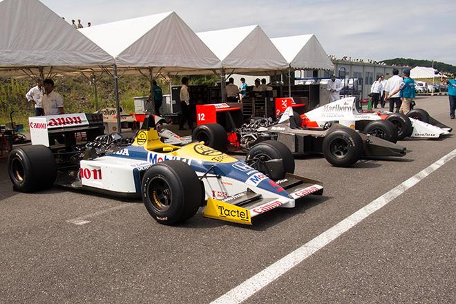 今回テスト走行するのは、四輪が「ウィリアムズ・ホンダFW11」「マクラーレン・ホンダMP4/4」「マクラーレン・ホンダMP4/5」のいずれもF1マシン3台、二輪が「RC142」「CB750レーサー」「NS500」「RVF750」「NSR500」「NSR250」の6台。それにしてもこの光景、1980年代後半に青春時代を過ごしたアラフォー男子としては、夢のようである。