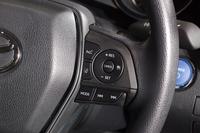 安全性の高さも新型「カムリ」のセリングポイントのひとつ。「Toyota Safety Sense P」が全車に標準装備される。写真は、レーダークルーズコントロールの操作スイッチ。