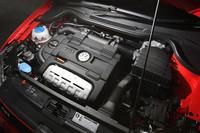 先代「GTI」を、パワーで29ps、トルクで3.1kgm上回る1.4リッターツインチャージャーユニット。同エンジンを搭載する「ゴルフTSIハイライン」と比べても、パワーが19ps増し、トルクは1kgm増しになっている。