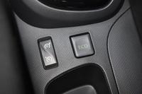 センターコンソールに設けられた、スピードリミッターとクルーズコントロールの兼用スイッチ(左)。スイッチ上面の凹凸は指の感触だけで操作できるようにするための工夫で、機能性とデザイン性を両立している。
