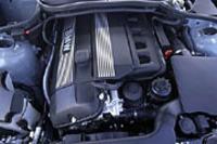 1.8リッターツインカムユニットは、ダブルVANOSによって吸排気バルブのタイミングを変えるほか、モーターを使って吸気バルブとカムの間に置かれた中間レバーを調整してインテイクバルブのリフト量を変更する、「バルブトロニック」システムを搭載する。