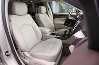 前席には前後高さなどの調節が可能な8ウェイパワーシートやシートヒーター、ベンチレーション機能を装備。内装色はブラックも選べる。