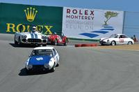 """ラグナセカで行われた「モータースポーツ・リユニオン」にて、名物コーナーの""""コークスクリュー""""を曲がり下りる、日本から参加の「トヨタS800」。それに「C1コルベット」やモーガン、「アルファ・ロメオSZ」が続く。このSZがベラボーに速かった。"""