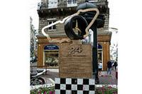 セント・ニコラスには、24時間レースのモニュメントが建つ。その足もとにあるのが歴代のブロンズ板。お気に入りのドライバーの手形を探すことも、ルマン詣の楽しみかも。