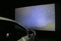 冬の夜空の映像を車内から眺める「星空シアター」。