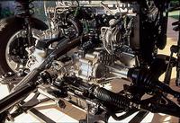 ターボエンジンからのアウトプットは、油圧ポンプでカプリングディスクを作動させ、前後にトルクを配分する「ハルデックス」ユニットを介して4輪にデリバリーされる。
