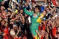 マッサ、13年ぶりとなるブラジル人によるブラジルGP制覇を達成。初優勝したトルコGPに次ぐ2勝目をあげた。最前列からミスなく独走したのは前回同様。チームメイトのシューマッハーを中心としたチャンピオン争いに話題が集まってしまったのもまた同じだった。(写真=Ferrari)