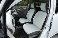 シートには、ライトグレーを基調に水色のアクセントを取り入れた専用の表皮を採用。上級グレードの「エコS」では、リアシートヘッドレストが標準装備化された。