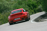 最高速度は310km/hと同じながらも、6MTより5ATのほうが0-100km/h、200km/h加速タイムが速いと発表された。ATがMTを上回る性能を見せたのは、ポルシェの量産スポーツカーとしては初とのこと。