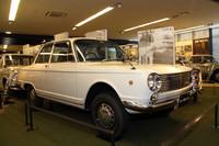 1963年の東京モーターショーでデビュー、約2年後にようやく発売されたスズキ初の小型乗用車である「フロンテ800」(1965年)。スタイリングは当時売れっ子だったイタリア人デザイナーの「ミケロッティ」風だが、スズキのオリジナルという。サイドウィンドウにカーブドガラスをいち早く採用していた。