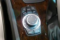 新設されたiDriveコントローラー周りの、ダイレクトメニューコントロールボタン。地図を直接呼び出せる右上ボタン「MAP」は、日本仕様独自のものだという。