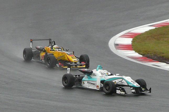 決勝当日の空模様は、あいにくの雨。サポートレースの全日本F3選手権が行われていた時間帯は、まだレーシングカーがコースを走れる状態だったのだが……。
