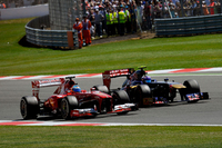 予選で10番手タイム(前車のペナルティー降格で決勝は9番グリッド)と、選手権ランキング2位のフェルナンド・アロンソのイギリスGPは絶不調な幕開け。タイトルを争うポイントリーダー、ベッテルの前でゴールし点差を縮めたいアロンソは、レッドブルのリタイアで闘志をメラメラと燃やし、残り7周で8位から3位まで一気に上り詰めた。これによりベッテルとのギャップは36点から21点に縮まった。(Photo=Ferrari)