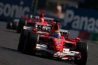 トップを走る、ポールシッターのフェリッペ・マッサの後ろに、ミハエル・シューマッハー。フェラーリのこの順位は、3周目に早くも替わり、シューマッハーはタイトルへ向けて首位をひた走っていた。37周目、高い信頼性を誇るフェラーリエンジンが音をあげるまで、シューマッハーは2位アロンソを従えての走行だった。(写真=KLM Photographics J)