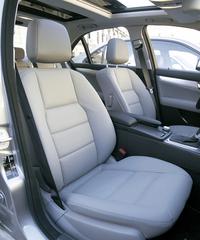 """フロントシートも旧型同様に掛け心地が良い。アドバンスト・アジリティ・パッケージのスポーツシートはサイドサポートが強化されるが、柔らかに包まれる感覚で、掛け心地は甲乙付けがたい。この前席には""""NECK-PRO""""が標準装備され、エアバッグはフロント(2ステージ)/サイド/ウィンドー/ニーエアバッグ(運転席)までが標準装備である。シートベルト・テンショナーはフロント、リアともに標準装備であるが、後席中央シートには備わらないので注意。"""