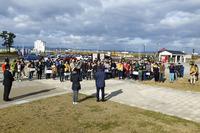 千年希望の丘公園に集合した参加者たち。およそ半数が地元からの参加だった。イベントの参加費は無料ながら、被災地のためのチャリティーを募った。
