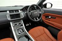 試乗車の内装は、エボニーとタンでコーディネートされた「アクセラレイト」と呼ばれる配色のもの。運転席と助手席で異なる映像を見ることができるオプションの「8型デュアルビュー・タッチスクリーン・ディスプレイ」が付く。