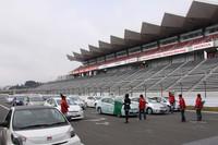 全60台のエントリー車が、20台ずつ走行した「ハイブリッドチャレンジ」のスタート風景。オフィシャルによって車載の燃費計がリセットされ、1台1台スタートしていく。ナビゲーターは必須で、定員までならエクストラの同乗もOK。