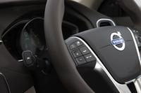 ステアリングホイールは本革仕様。スポーク部には、車両の設定やオーディオの操作などを行うためのスイッチ類が備わる。