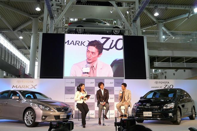 「マークXジオ」新CMキャラクターの伊勢谷友介さん(写真右)と、「マークX」CMの佐藤部長でおなじみの佐藤浩市さん(中央)が登場。トークセッションが行われた。
