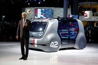 VWグループのマティアス・ミュラーCEOと、自動運転車のEVコンセプトカー「セドリック」。